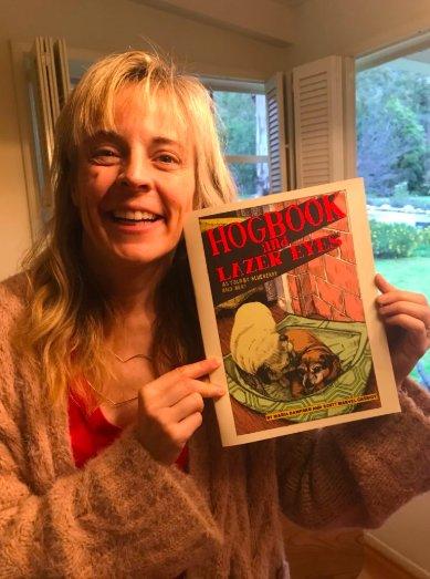 Image of Maria Bamford holding up a print